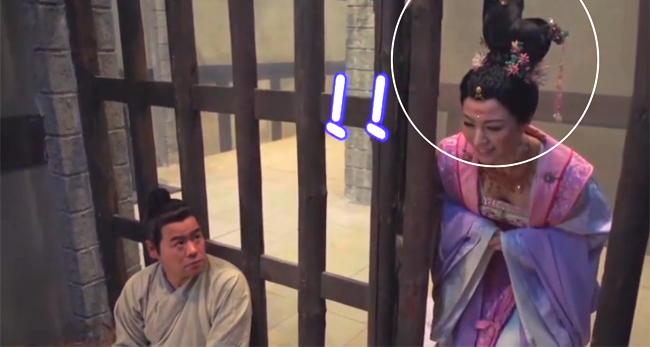 Diễn viên nữ va đầu vào thành cửa ngục vì bộ tóc quá cầu kỳ.