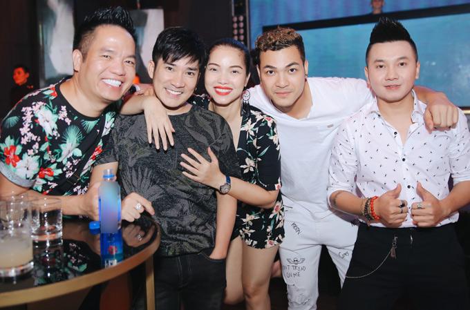 Ca sĩ Quang Hà (thừ hai từ trái qua) và quản lý Quang Cường (áo hoa)thân thiết với Quách An An nhiều năm nay.