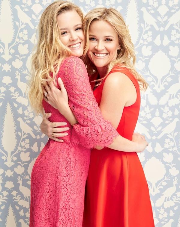 Nữ diễn viên nổi tiếng Reese Witherspoon năm nay 42 tuổi. Đứng cạnh cô con gái 18 tuổi Ava Elizabeth Phillippe, hai người trôngnhư không chênh nhau quá nhiều tuổi.