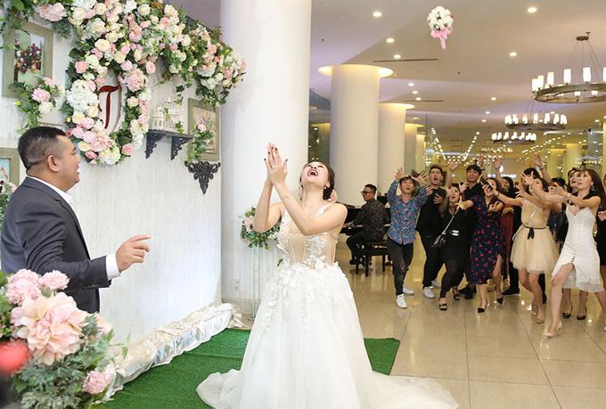 Cô dâu tung hoa cưới cho hội chị em bạn bè vẫn còn độc thân.