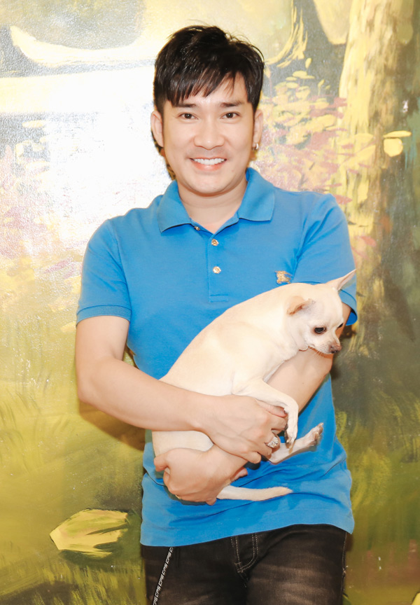 Quang Hà gây chú ý khi bế cả một chú cún đi tiệc sinh nhật.