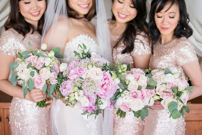 Dàn phù dâu diện bộ đồ bling-bling màu hồng lấp lánh. Hoa cưới cầm tay cô dâu được kết chủ yếutừ hoa hồng, mẫu đơn.