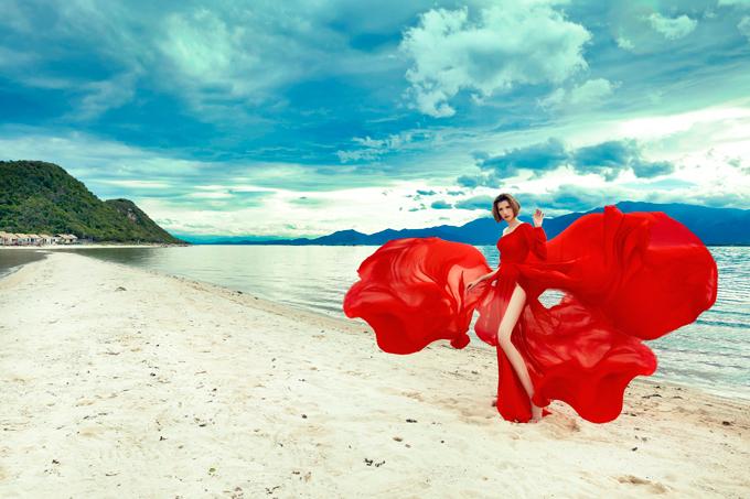 Không gian bao la của biển, trời là nguồn cảm hứng dạt dào cho Hồng Xuân thả dáng với những thiết kế dạ hội ấn tượng, độc đáo. Bộ ảnh thời trang của nữ người mẫu cao nhất Việt Nam được thực hiện tại con đường đi bộ xuyên biển Điệp Sơn, vịnh Vân Phong.