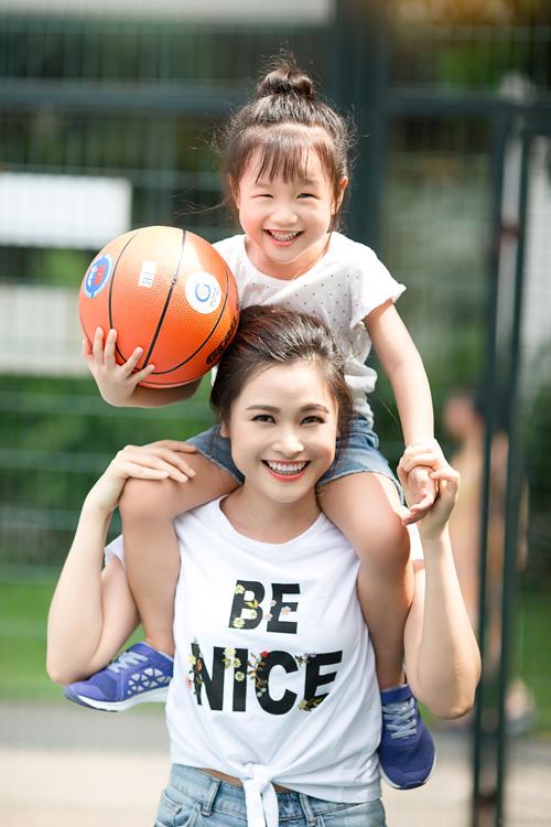 Nhảy việc từ Trung tâm VTV24 - Đài truyền hình Việt Nam, biên tập viên Khánh Ly hiện tại phụ trách bản tin Dòng chảy của tiền - Truyền hình Quốc hội Việt Nam. Công việc bận rộn, áp lực cao nhưng ngoài giờ làm việc, cô luôn dành thời gian để cùng con tham gia các hoạt động thể thao.