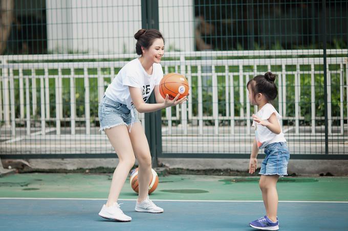 Thời gian biểu của bà mẹ nổi tiếng bắt đầu từ 5h30 với các hoạt động được lên kế hoạch cẩn thận: chạy thể dục - ăn sáng - làm việc một mạch đến chiều về đón con - đưa con đi bơi, chơi bóng, học vẽ hoặc hoặc học đàn.