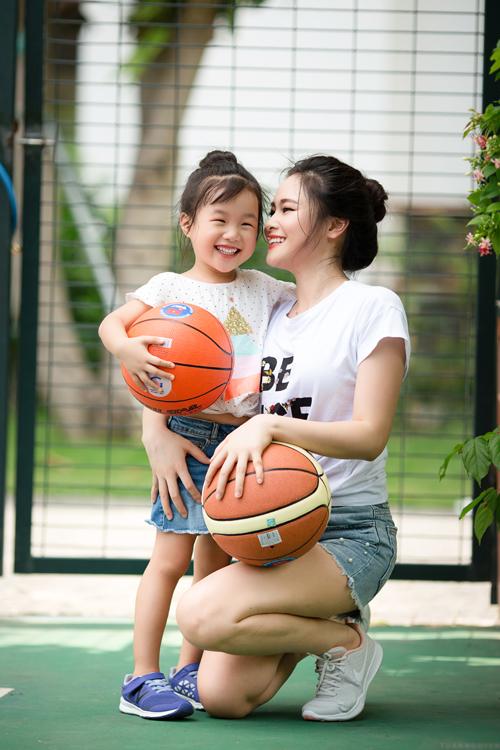 Bé Mina từng xuất hiện trong nhiều bài báo, chương trình truyền hình với khả năng nói tiếng Anh trôi chảy từ năm 2 tuổi rưỡi. Cô bé rất hoạt ngôn và tình cảm.