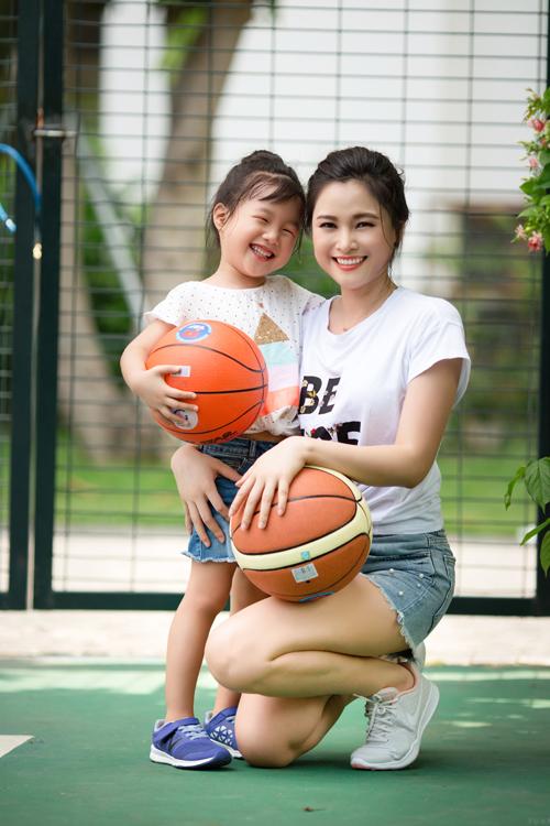 Theo Khánh Ly, những hoạt động này không chỉ tăng sự kết nối giữa hai mẹ con mà còn giúp cô cùng bé Mina, con gái 4 tuổi của Khánh Ly, tăng cường sức khỏe. Khi cả hai vui đùa,bản thân Khánh Ly cũng cảm thấy mình tươi trẻ hơn theo con.