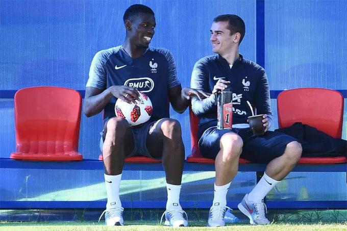 Pogba và Griezmann vui vẻ trong buổi tập của tuyển Pháp chuẩn bị cho cuộc đối đầu cuối cùng với Croatia ở chung kết.