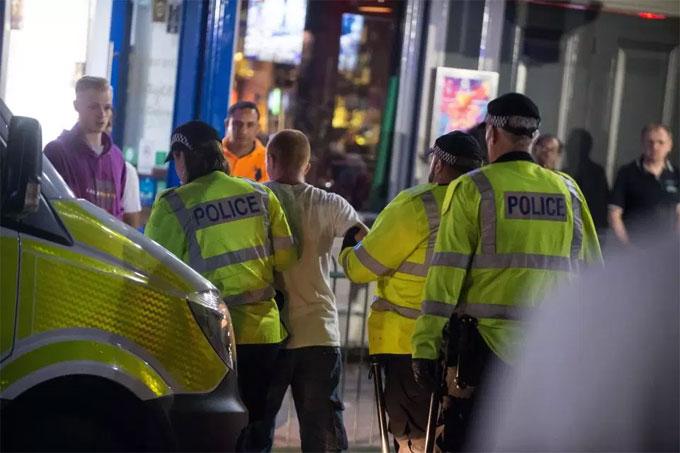 Cảnh sát Birmingham phải vào cuộc. Một CĐV bị bắt giữ sau những màn quậy phá.