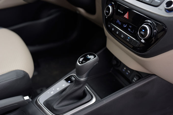 Cabin chủ yếu được thiết kế bằng các mảng ốp nhựa phối giữa hai màu đen - xám. Điểm nhấn khoang nội thất vẫn nằm ở trung tâm bảng táp lô với màn hình 7 inch, hỗ trợ kết nối USB/AUX/Bluetooth/Apple CarPlay, hỗ trợ âm thanh hình ảnh đa định dạng, tích hợp hiển thị camera lùi bagóc độ và dàn âm thanh 6 loa khá chất lượng. Các nút điều khiển chức năng trên bảng táp lô, vôlăng bố trí khá khoa học giúp người dùng dễ dàng thao tác. Hệ thống bản đồ phát triển trên hệ thống của Navitel được tùy biến hóa phù hợp với Hyundai tại Việt Nam gồmđiểm dịch vụ, đại lý 3S, cây xăng...Ngoài ra, Accent 2018 còn được trang bị Cruise Control, khởi động nút bất Start/Stop Engine, điều hòa tự động tích hợp lọc gió ion Clean Air.
