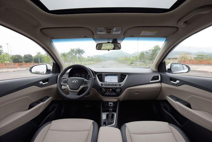 Với chiều dài cơ sở đạt 2.600mm, Accent tạo nên chiếc xe rộng rãi nhất trong phân khúc xe hạng B. Hưởng lợi đầu tiên là ghế lái cũng như ghế hành khách phía trước được bố trí với khoảng để chân rộng thoáng khi trần xe thiết kế cao kết hợp với cửa sổ trời tạo nên không gian thoáng đãng.