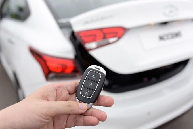 Accent 2018 là mẫu xe đầu tiên trong phân khúc trang bị tính năng mở cốp thông minh. Chỉ cần cầm chìa khóa và đứng sau xe 3 giây, cốp xe sẽ tự động bật mở để bạn có thể xếp đồ vào khoang chứa hành lý. Điểm trừ lớn nhất của Accent là sự thiếu hụt cửa gió điều hòa cho hàng ghế sau, dù cho khả năng làm mát của xe rất nhanh và sâu, tuy nhiên với điều kiện nắng nóng thì đây cũng là điểm khiến người dùng băn khoăn đôi chút.