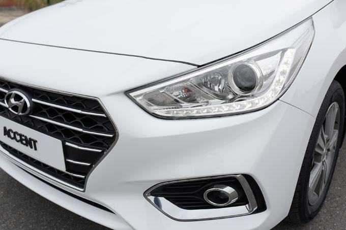 Bên cạnh đó, cụm đèn pha kích thước lớn sử dụng đèn bi-halogen, kết hợp dải đèn LED định vị và đường viền chrome vừa tăng hiệu quả chiếu sáng, vừa tạo nên phong cách hiện đại. Lazang xe kích cỡ 16 inch với 5 chấu cỡ lớn tạo hình khá mạnh mẽ. Điểm nhấn của xe ở phía sau là cụm đèn LED tạo hình 3D ấn tượng mang phong cách của đàn anh Genesis G80.