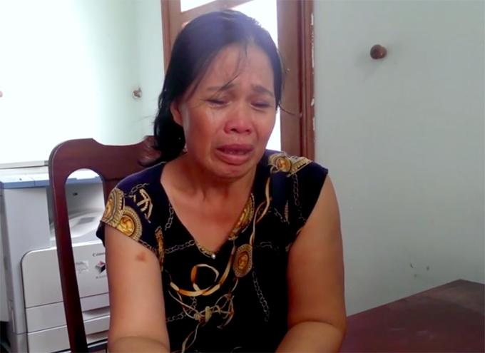Bà Liên khóc khi kể về động cơ gây án tại cơ quan điều tra. Ảnh: C.A
