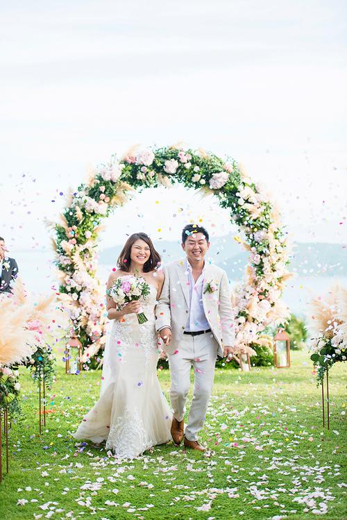 Với cá tính nhẹ nhàng,cô dâu chọn chiếc váy cúp ngực thêu ren nổi còn chú rể trẻ trung trong bộ vest màu xám nhạt. Họ chọn wedding planner đến từ Thái Lan để hoạch định đám cưới diễn ra tại Koh Samui, Thái.