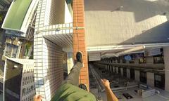 Chàng trai đi bộ trên mép nóc nhà 55 tầng của cảnh sát