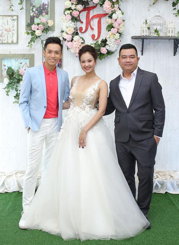 Quán quân Gương mặt thân quen 2016 Bạc Công Khanh bảnh bao, lịch lãm chụp ảnh cùng cô dâu, chú rể.