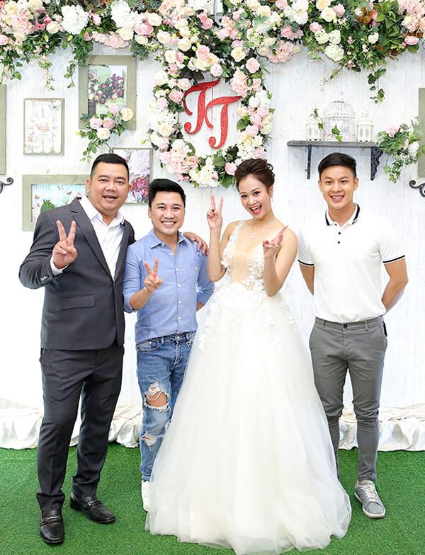 Ca sĩ Don Nguyễn mặc quần jeans rách bụi bặm, tạo dáng nhí nhảnh bên vợ chồng Hà Thúy Anh và một người bạn.