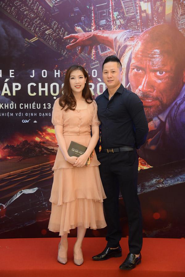 Vợ chồng Hoa hậu Áo dài 2018 Phí Thùy Linh - doanh nhân Mạnh Cường sóng đôi đến thưởng thức tác phẩm mới của tài tử The Rock.