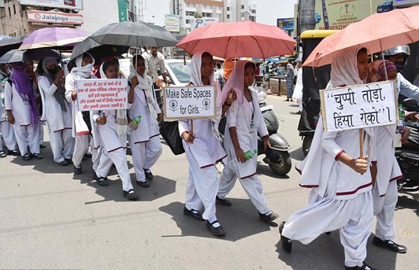 Ấn Độ dậy sóng vì nữ sinh 15 tuổi bị bạn cùng lớp và các giáo viên hiếp