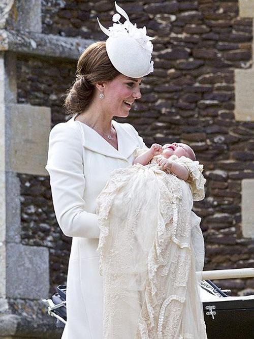 Nữ công tước xứ Cambridge hạnh phúc khi bế con gái trong lễ rửa tội của cô bé năm 2015. Ảnh: Reuters.