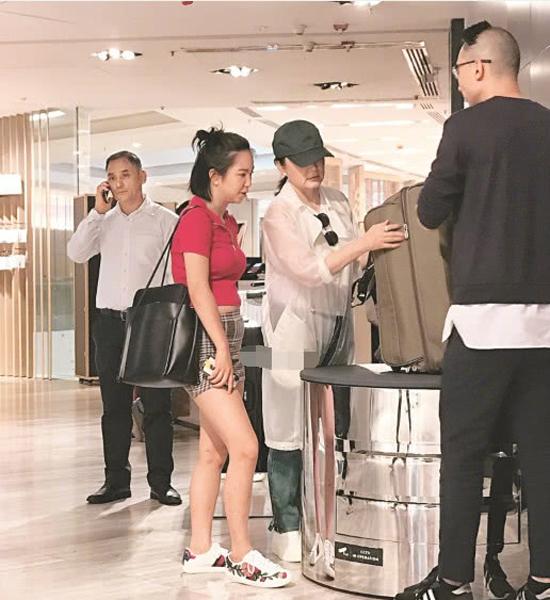 Hôm 12/7, nghệ sĩ nổi tiếng Hong Kong Lâm Thanh Hà và con gái Hình Ngôn Ái đi mua sắm tại một trung tâm thương mại ở khu Central. Hai mẹ con vào một cửa hàng vali và loay hoay xem xét nhiều sản phẩm khác nhau, trước khi chọn một chiếc ưng ý.