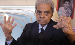 Người đàn ông Ấn Độ từ giã bộ móng tay hơn 9 m