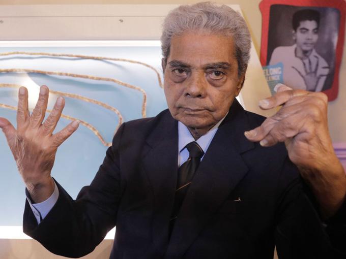 Ông Chillal hiện có bộ móng tay gọn gảng sau 66 năm nuôi móng. Ảnh: Sky News.