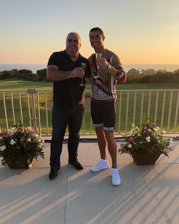 Jose Andrade - bạn trai của mẹ C. Ronaldo cũng chisẻ trên Instagram cá nhân bức ảnh chụp chung với CR7 với chú thích: Chúc mừng giai đoạn mới.