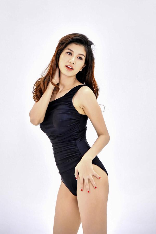 Trong bộ ảnh mới Oanh Yến khiến không ít người ngưỡng mộ về thân hình thon thả dù cô đã trải qua 4 lần sinh nở. Cô tự nhận mình là người may mắn khi cócơ địa tốt, không cần tập gym hàng ngày để giữ vóc dáng.