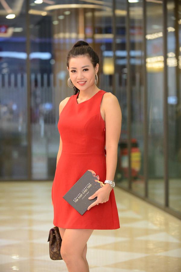 Mặc dùQuỳnh búp bê bịtạm dừng phát sóng nhưng Thanh Hương cho biết cô vẫn cùng các diễn viên làm việc trên trường quay để hoàn tất các tập dang dở. Tối 12/7tranh thủ ngày không có lịch quay cô đến dự buổi công chiếu phim Skyscraper (tựa Việt: Tòa tháp chọc trời) tại một rạp chiếu ở Hà Nội. Gái hai con diện váy ngắn đỏ rực, rạng rỡ cười trước ống kính.
