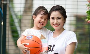 BTV Khánh Ly chơi bóng cùng con gái