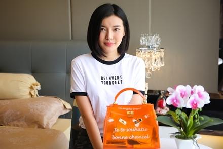 Khám phá túi của sao: Cao Thái Hà chỉ dám mang thẻ tín dụng ra đường