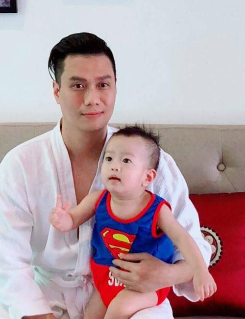 Việt Anh khoe khoảnh khắc hạnh phúc bên con trai. Nam diễn viên Người phán xử viết: Dù gái hay trai chỉ hailà đủ nhé.Ông soái nhà mình đã nói thế , thậm chí là giơ 2 ngón ra thế kia rồi thì thôi xác định.