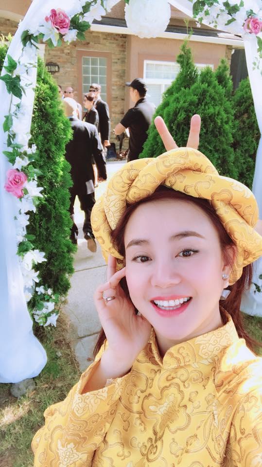 Vy Oanh thích thúkhi được làm phù dâu trong đám cưới cô bạn thân ở Canada. Nữ ca sĩ cho biết: Lần đầu được làm phù dâu mắc cỡ quá. Ao dài mặc ở Việt Nam thấy cũng bình thường, nhưng sang nước ngoài mặc thấy kiêu hãnh lắm nha.