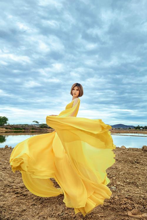 Cô Sếu Hồng Xuân tiếp tục chọn phong cách lộng lẫy, thướt tha cho bộ váy thứ hai. Sắc vàng cũng là một gam màu hot trend của mùa hè này.Hồng Xuân như nàng công chúa lạc bước giữa Xuân Sơn - Xuân Đông hoang sơ.