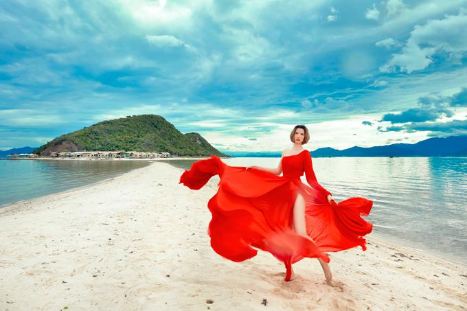 Thiết kế lệch vai của Victoria Hoàng Nycùng màu đỏ tươi đã tôn được lợi thế hình thể và nước da khỏe khoắn của Hồng Xuân.