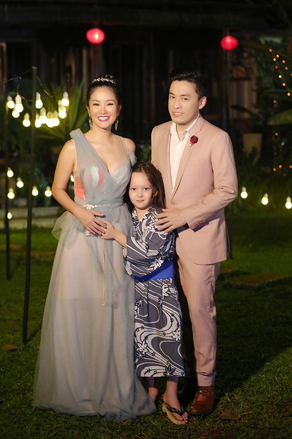 Trong tập 6 của dự án âm nhạc Lam Truong 9pm live, Lam Trường mời Hồng Nhung tham gia cùng. Trong buổi ghi hình, Hồng Nhung đưa cả con traitheo để xem cô hát.
