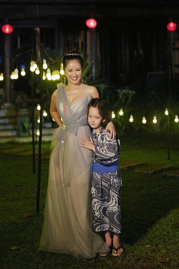 Tôm là một trong hai bé song sinh của Hồng Nhung với chồng cũ người Mỹ. Từ khi mới chào đời, Tôm cùng em gái được khán giả yêu mến vì vẻ đẹp lai.