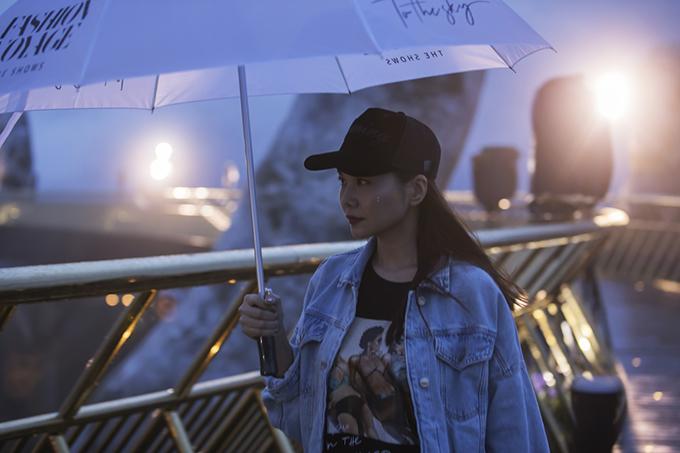 Thanh Hằng và nhiều chân dài nổi tiếng không ngại dầm mưa để tập luyện một cách bài bản các màn trình diễn catwalk.