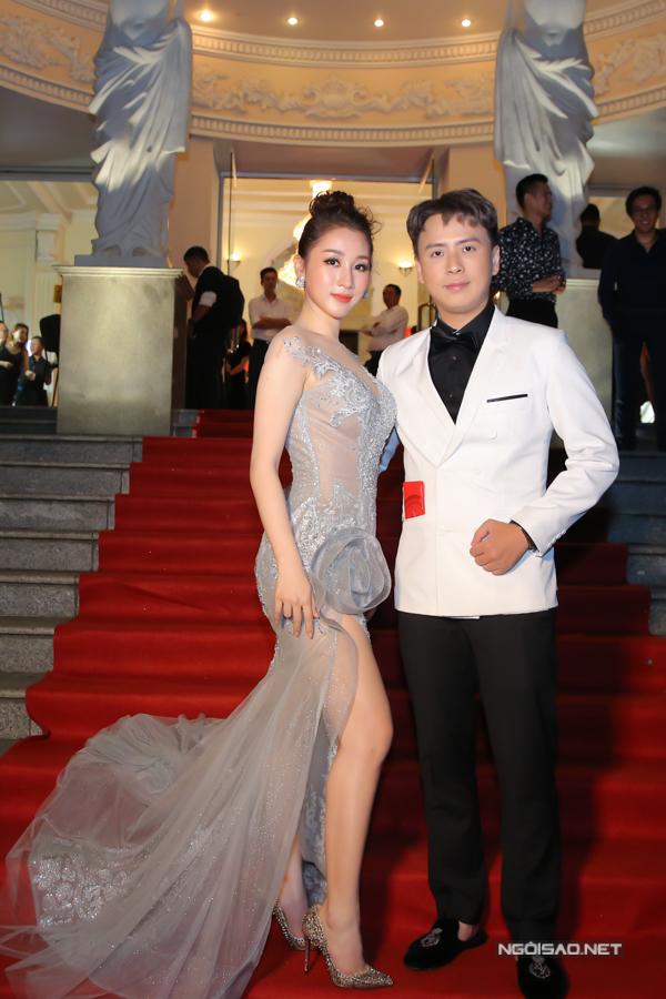 Nhà thiết kế Văn Thành Công sóng đôi cùng á hậu điện ảnh Xuân Quỳnh.