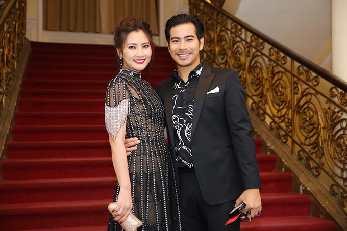 Cặp đôi chọn trang phục đồng điệu sắc màu và luôn thể hiện sự quấn quýt khi xuất hiện trên thảm đỏ.