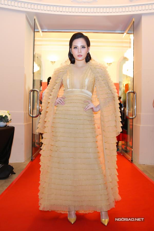 Diệu Linh chọn thiết kế váy xếp bèo tỉ mỉ để gây ấn tượng trên thảm đỏ.