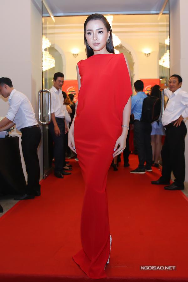 Băng Di quyến rũ với váy đỏ theo xu hướng được nhiều ngôi sao quốc tế ưa chuộng.