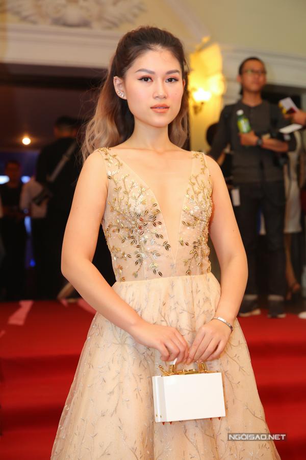 Ngọc Thanh Tâm gợi cảm cùng thiết kế váy dạ hội đính kết lấp lánh.