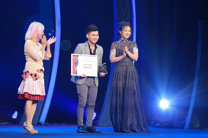 Ngọc Lan cảm thấy vinh dự khi được lên trao giải cho các đạo diễn trẻ cótác phẩm đạt giả tại cuộc thi.