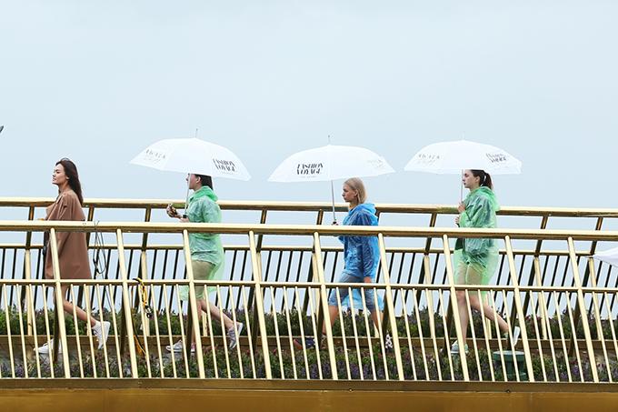 Làm việc trong điều kiện thời tiết không thuận lợi nhưng các người mẫu vẫn thể hiện tốt phong cách chuyên nghiệp.