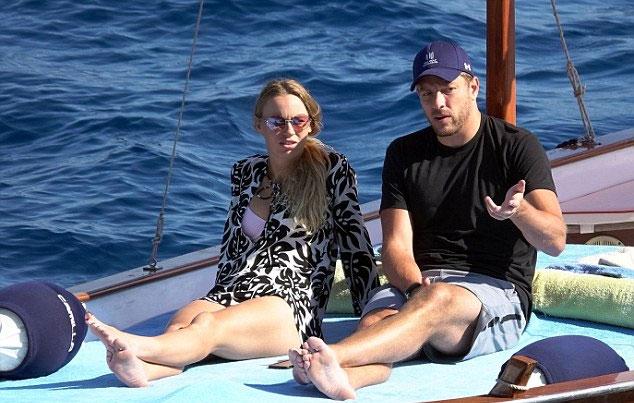 Wozniacki và David Lee trò chuyện trên con tàu nhỏ ở vịnh Napoli, Italy. Hai người tận hưởng kỳ nghỉ cùng nhau sau khi nàng vừa bị loại sớm khỏi giải đấu tại Anh.