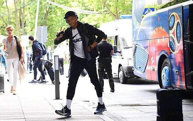 Mbappe đội mũ, đeo tai nghe, tay cầm smartphone. Cách chọn quần ngắn, để lộ đôi tất trắngcủa tiền đạo trẻ được các fan khen ngợi. Anh cùng đội tuyển Pháp sớm có mặt ở Moskva để đá trận chung kết gặp Croatia ngày 15/7 trên sân Luzhniki.