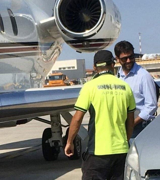 Ông Andrea Angelli khi rời khỏi máy bay.
